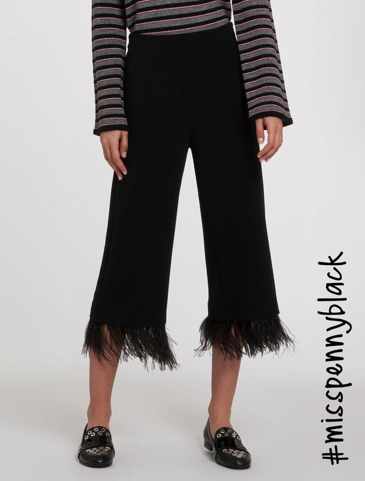 Pennyblack - Pantaloni cropped con piume, nero - Pantaloni in tessuto stretch con bordo di piume al fondo. Vestibilità regolare, con gamba diritta. Vita medio-alta, lunghezza midi. Chiusura con zip invisibile al fianco. - Spedizioni e resi gratuiti