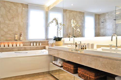 O mármore bege usado para um banheiro clean. Projeto Débora Aguiar.