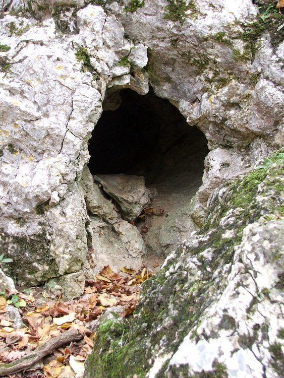Pilisjárók: Klastrompuszta - a pálos kolostorrom és a Klastrom-szirtek