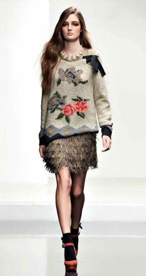 Maglione con fiori e fiocco