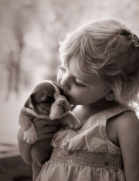 У меня живет собака, Милый маленький щенок. Улыбака и кусака, И пушистенький комок. Много с ним вопросов разных: И прогулки, и еда – Но зато чудесный праздник Он приносит нам всегда! Я люблю его, ребята, И хочу вам дать совет: Если в доме есть собака, Вы – счастливый человек!