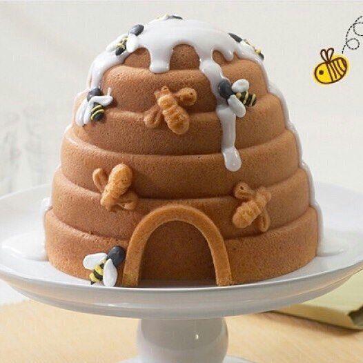Olha que fofo esse bolo abelhinha em formato de colméia! E ainda parece delicioso, adorei! #regram @babies_cz  #kikidsparty