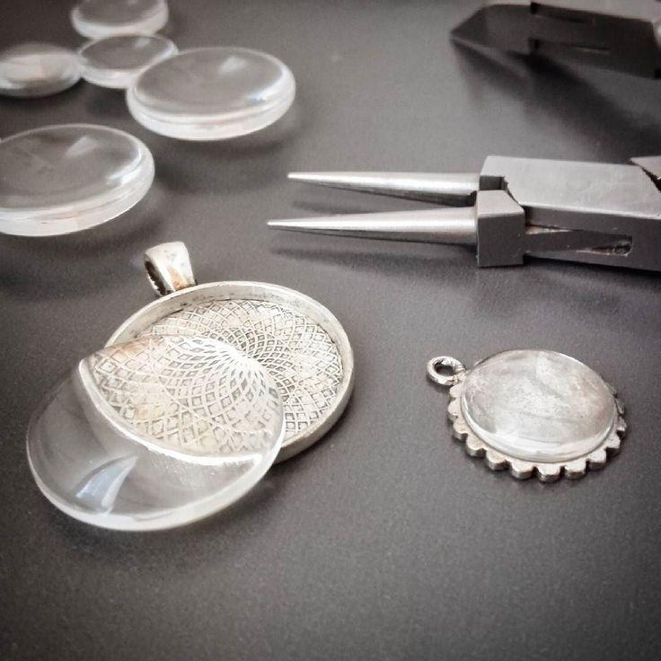 Ser fram emot smyckestillverkning hos Medborgarskolan i Sävsjö på torsdag kväll! #pärlkväll #smyckeskväll #pysselkväll #smyckestillverkning #diy #pyssel #bildsmycken #namnsmycken #personligasmycken #smycken #handgjordasmycken #halsband #ringar #örhängen #armband #ljuvligating