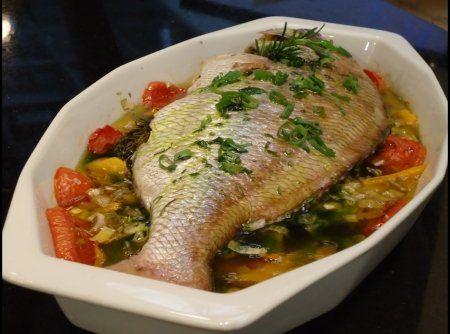 Peixe vermelho assado em cama de legumes - Veja mais em: http://www.cybercook.com.br/receita-de-peixe-vermelho-assado-em-cama-de-legumes.html?codigo=100551