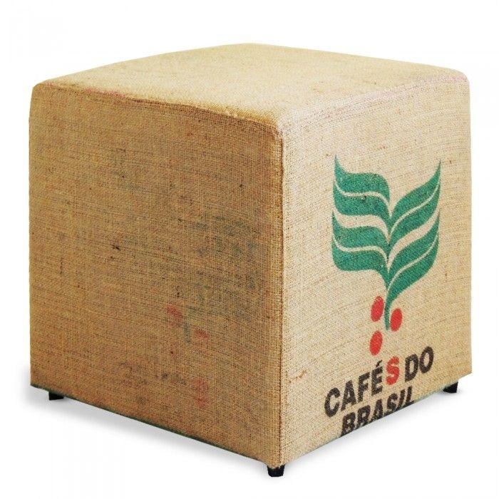 Banco estopa Brasilis. Banco baixo revestido com saco autêntico de estopa café do Brasil. A brasilidade da estopa do saco de café confere a peça um aspecto único e exclusivo, cada peça é diferente uma da outra.