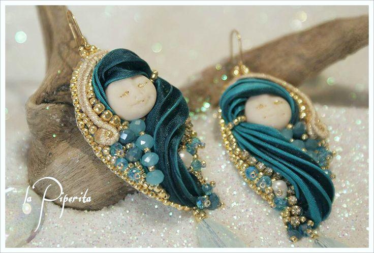 """Orecchini """"Snow Queen"""" realizzati con tecniche beadembroidery e soutache, preziosa seta shibori, perle coltivate, elementi swarovski, gancio placcatura oro 16k ( circa cm. 7 di lunghezza ). """"Snow Queen"""" earrings. Beadembroidery, silk shibori ribbon, cultured pearls, swarovski elements, 16k gold plated hook. #handmade #jewelry #silkshiboriribbon #beadembroidery #snowQueen #pearls #madewithlove #lapiperita"""