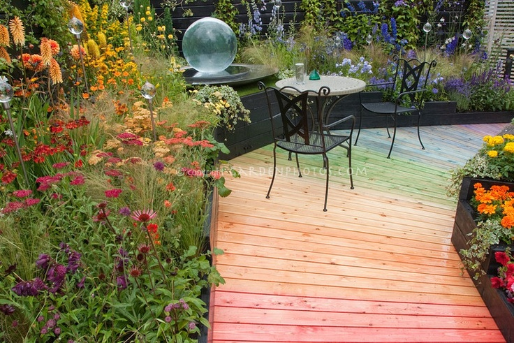 colorful garden deck...with coordinating plants!
