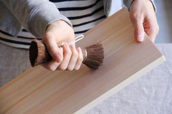 握りやすく、適度にしなって、軽い汚れなら洗剤ナシでピカピカに。テフロン加工されたものや木製食器にも使え、コンロ周りや机のちょっとした掃除にも活躍します。