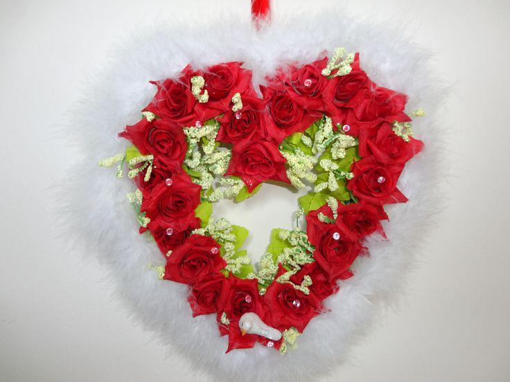 Cœur rouge en plume. Décoration de porte de mariage. Couronne de porte d'été, de…