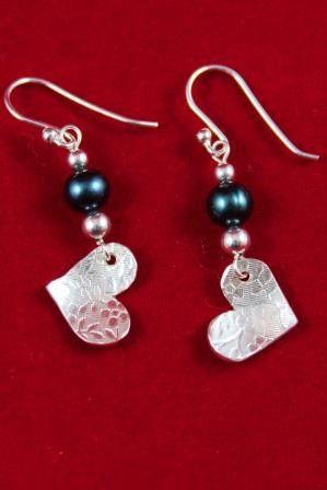 Boucles d'oreilles Coeur motif de petites fleurs avec perle d'eau douce bleue