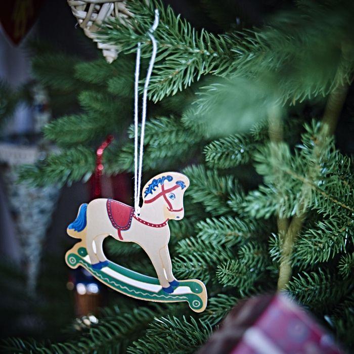 Ένα κουνιστό αλογάκι εποχής είναι το τέλειο στολίδι για όσους αγαπούν την κλασική χριστουγεννιάτικη διακόσμηση.