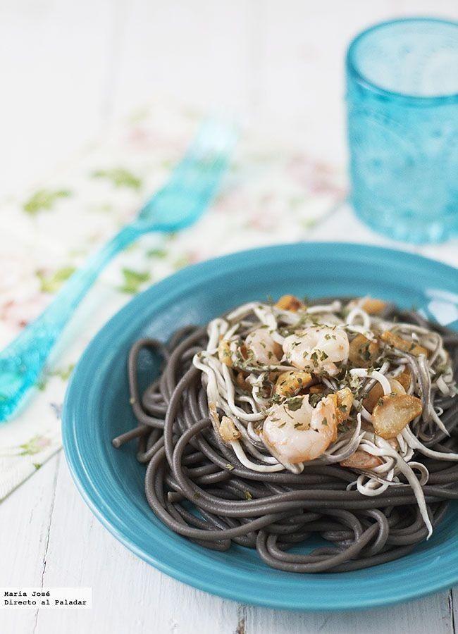 Directo al Paladar - Receta de espaguetis negros con ajos, gulas y gambas