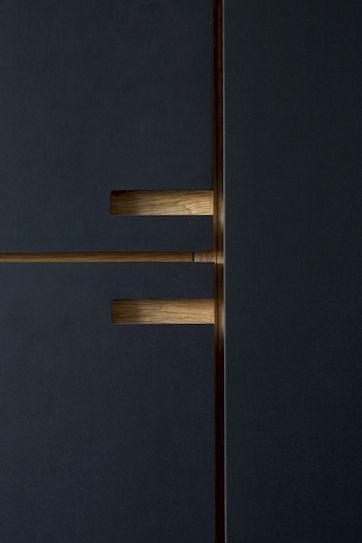 Nicolaj Bo™ har designet, produceret og monteret dette snedkerkøkken i koksgrå linoleum, som led i en generel renovering af et funkishus i København.