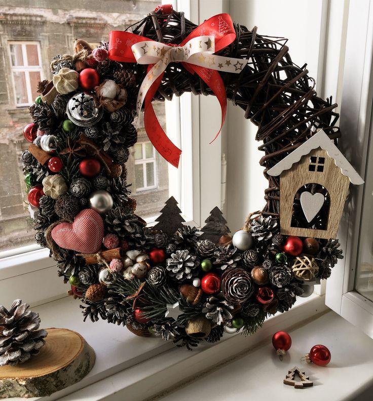 Vánoční věnec na dveře s domečkem