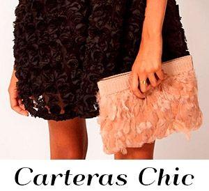 Bolso de mano tipo sobre rosa pastel con bordes de flores doradas. Bolsillo interior. 100% polyuretano. 27 cm de ancho x 21 cm de alto.