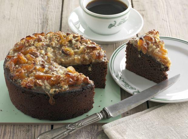 Chokoladekage med marcipan, rom og abrikosmarmelade. Kagen er toppet med en karamelmasse af sukker, honning og fløde samt mandler og abrikoser.