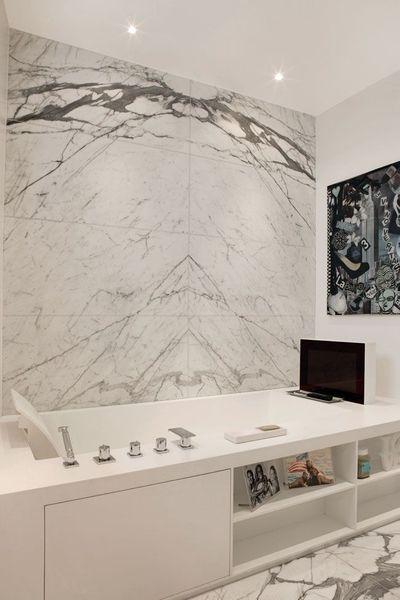 Admirez le marbre dans cette salle de bain, il lui donne une touche élégante