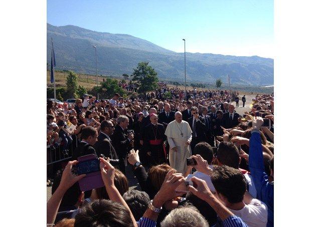 """Papa Francesco incontra il padre di Cocò: """"Mai più succeda che un bambino debba avere queste sofferenze"""" - #PapaFrancesco #PapaFrancescoCalabria #CocoCampolongo #LameziaClick"""