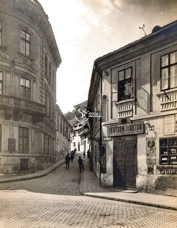 A Szalag utca Deutsch Márton fűszerüzletével, 1910-es évek  (Erdélyi Mór felvétele, BTM Kiscelli Múzeum Fényképgyűjtemény)
