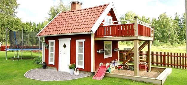 En lekstuga med finess./a playhouse with finesse/ looks like a great tinyhouse for adults, too.