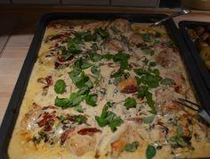 Saras madunivers: Kyllingfilet i hvidløgsflødesauce med basilikum og soltørret tomat.