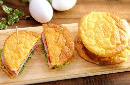 ダイエッターが大注目! 糖質制限、グルテンフリー、健康系ふわっふわ「クラウドブレッド」  ■材料  卵M  3つ  クリームチーズ(常温) 45g 蜂蜜  大さじ1  酢  小さじ1/2 ■作り方1、卵黄と卵白を分ける。オーブン170℃で余熱。2、卵黄にクリームチーズと蜂蜜を入れる。卵白には酢を入れる。3、卵白をホイッパーで硬く、これ以上硬くならないってくらいのメレンゲにする。4、3のホイッパーを洗わないでいいので、卵黄とチーズを良くまぜる。5、3のメレンゲに4の卵黄液を入れてヘラで気泡が潰れないよう切るように混ぜる。(シフォンケーキのタネを混ぜるような感じ)  6、オーブンシートを敷いた天板にスプーンで8cmくらいの円形に高さを出してのせ、170℃で3分、150℃で10~15分焼いて完成  POINT 本来はクリームオブタータを使うようなんですが、手に入りずらいので、酢で代用です。1番重要なのはメレンゲをしっかりと硬く作ること、混ぜすぎて気泡を潰さないこと。天板にのせるのは素早く。流れ出すのでサイズより高さに注意してのせる。