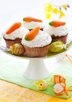 En ésta pascua disfruta de estos ricos cupcakes de zanahoria con betún de queso crema. Se pueden decorar con unas zanahorias de mazapán o con unas nueces enteras.