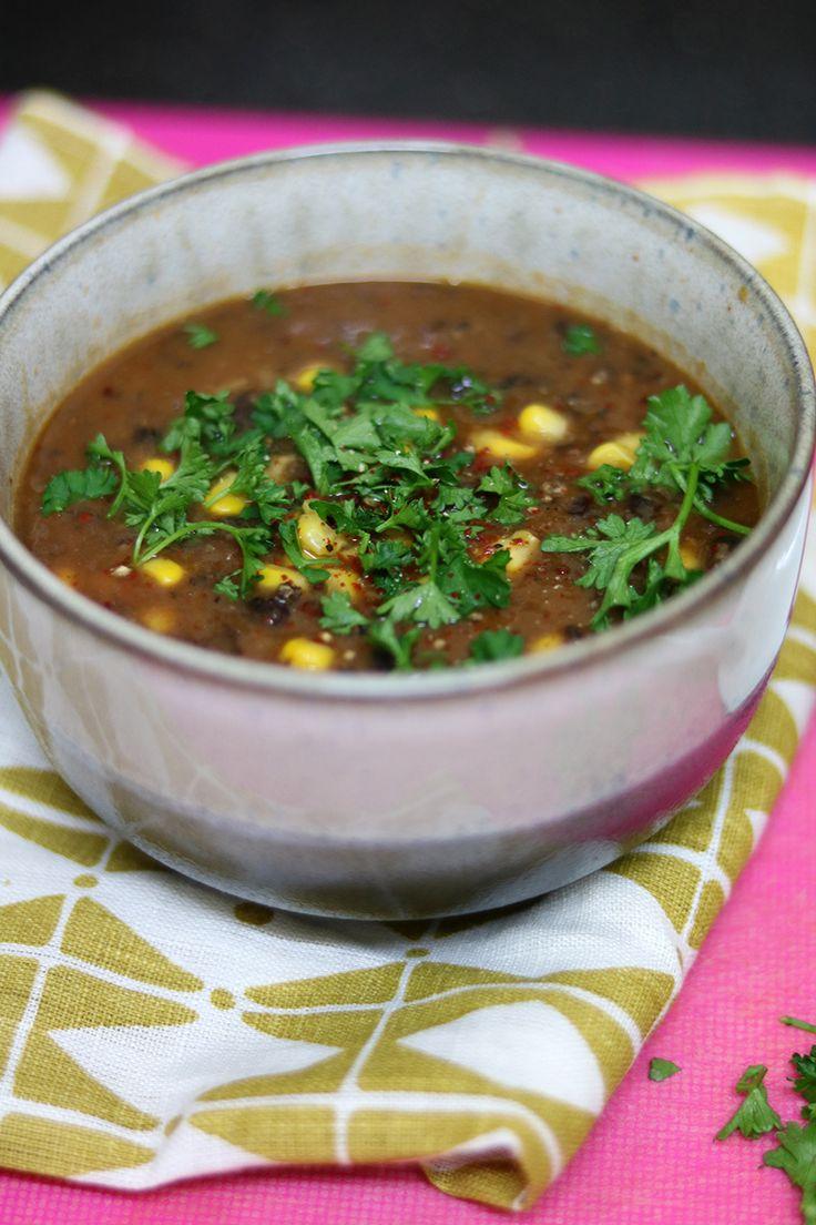 Zwarte-bonensoep is makkelijk om te maken, gezond en vult goed! Met chilipoeder, komijn en wat kurkuma is het verwarmend voor koude, winterse dagen.