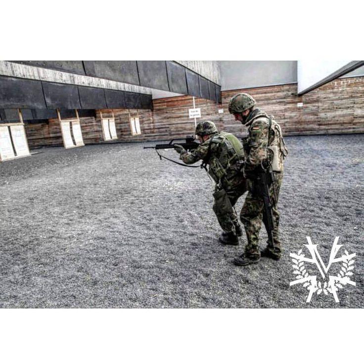 Ein Ausbilder sichert den Rekruten beim Schießen in Ausweichbewegung nach hinten 🇩🇪 Instructer and a recruit at the shooting range with high-class workmanship from Heckler and Koch ________________________________________________ #Bundeswehr #Deutschland #WirDienenDeutschland #Luftwaffe #Marine #Heer #G36 #Soldat #Flecktarn #Soldaten #Kameraden #Veteran #Veteranen #Military #Army #Germany #GermanMilitary #Nato #Soldier #Soldiers #SemperFi #ArmedForces #ArmyLife #Range #ShootingRange…