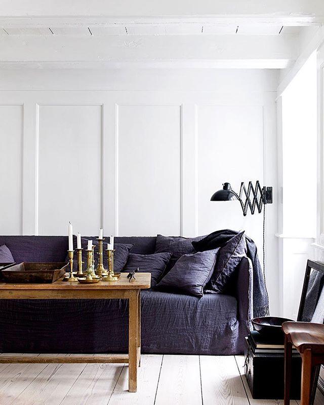 """""""Är du tveksam till att inreda med en mörk färgskala i ett helt rum? Skapa istället dramatik genom att använda starka kontraster, som en mörk soffa mot en vit vägg.""""  Tipset kommer från stylisten @hansblomquist , som bjuder på ännu fler inredningstips och inspirerande bilder i senaste numret av ELLE Decoration, på elledecoration.se (via länken i profilen) och i nya boken """"In the mood for colour"""". Foto: @debitreloar #elledecorationse #interior #inredningstips #inredningsinspiration…"""