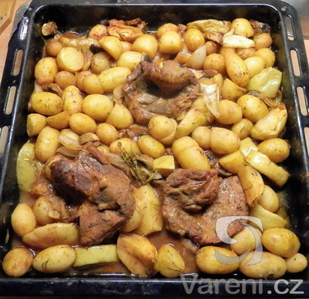 Recept na brambory pečené s krkovičkou a houbami.