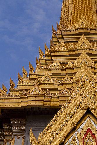Dentro del templo de Wat Traimit, en Bangkok, podrás ver el Buda de oro más grande del mundo. Una imagen de Buda que pesa 5,5 toneladas y mide 4,5 metros de alto. Se trata de la mayor estatua de oro macizo de todo el mundo y procede de la antigua capital de Tailandia, Ayutthaya. vma.