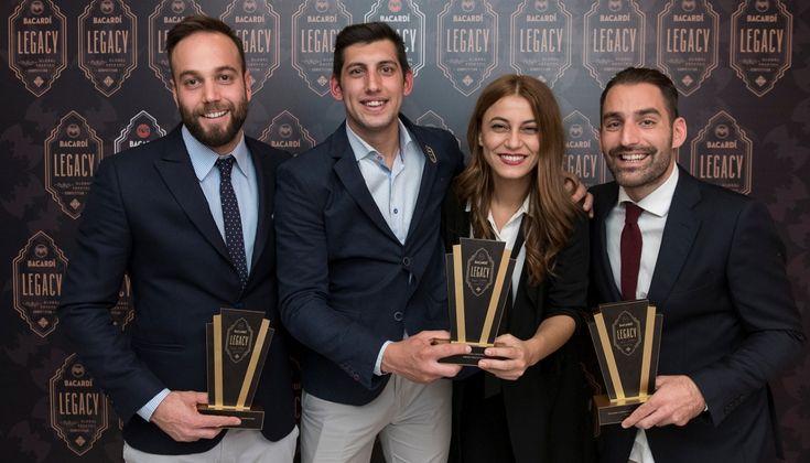 Ο διαγωνισμός του Bacardi Legacy έχει μπει στην τελική ευθεία και οι 4 διακριθέντες bartenders των ελληνικών ημιτελικών ξεδιπλώνουν το ταλέντο τους, παρουσιάζοντας τα cocktails τους αλλά και προβάλλοντας τη διαφημιστική τους καμπάνια.