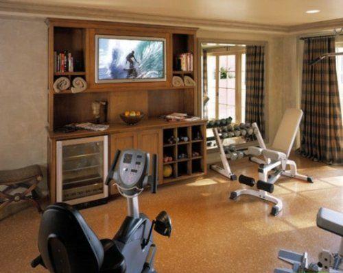 Une salle de gym maison avec des meubles en bois