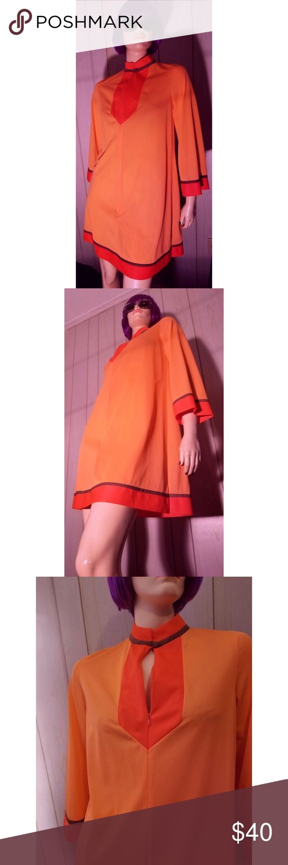 "VTG 60s GOSSARD ARTEMIS MOD Neon Colorblock Robe Ultra MOD SWANKY vintage 60s short flairy robe/housecoat by GOSSARD ARTEMIS in bright NEON orange silky Nylon. Color-block detail at neckline, slvs & hem, Zip down front, fabric covered button at neckline, side hip pocket. Would make a seriously GROOVY mini dress! SZ:S Bust:up to app 36"" Lgth:Approx 26"" underarm-hem Waist:up to 36"" Hips:up to 42"" Label:Gossard Artemis (Great lingerie co. that's been around for >100 yrs!) 100% Nylon…"