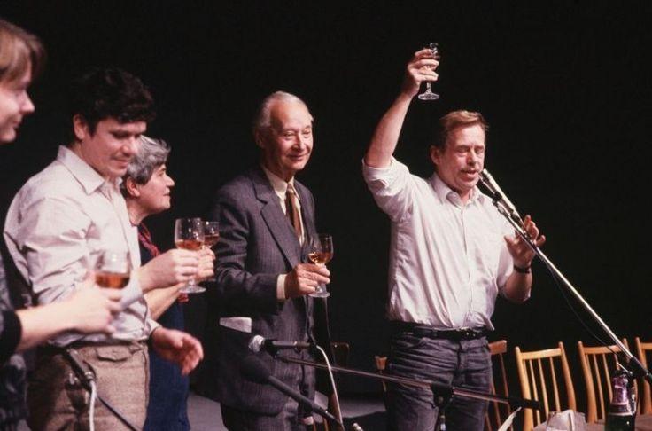 Vaclav Havel (rechts) brengt samen met Alexander Dubcek een toost uit op de onafhankelijkheid van Tsjechië.