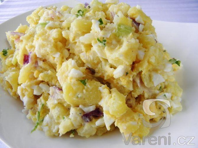 Vyzkoušejte recept na chutný bramborový salát s vejci, řapíkatým celerem a zakysanou smetanou, který výborně chutná ke kaprovi i řízku. Takto připravený salát je vhodný pro slavnostní vánoční menu a ocení ho i vegetariáni.