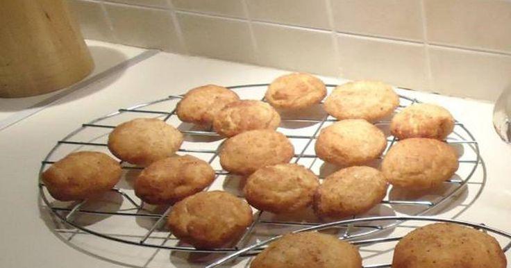 Εξαιρετική συνταγή για Μπισκότα κανελλοζάχαρης. Μπισκότα με απίστευτη γεύση που θα σας θυμίσουν το λουκουμά παραλίας. Λίγα μυστικά ακόμα Μην παραχτυπήσετε αφού μπει το αλεύρι και μην παραψήσετε.Μοσχοβολάει όλο το σπίτι!Η συνταγή είναι από το Joy of Baking και η κανονική της ονομασία είναι snickerdoodle cookies!