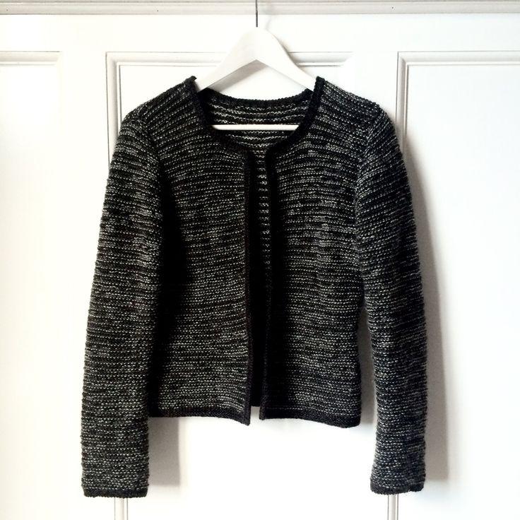Kort, taljeret jakke strikket i tre farver, der giver et smukt meleret udtryk. Det er jakken der går godt til det hele - både bukser, nederdel og k...