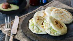 ¡Las Arepas Reina Pepiada son un ícono de la comida venezolana! Y ahora con esta receta las puedes preparar en casa en cualquier momento.  Para ahorrar tiempo compro el pollo rostizado del supermercado y lo desmenuzo mientras cocino las arepas. En un dos por tres tendrás unas arepas con un relleno súper sabroso, para compartir con tu familia y amigos.  ¡Buen provecho!