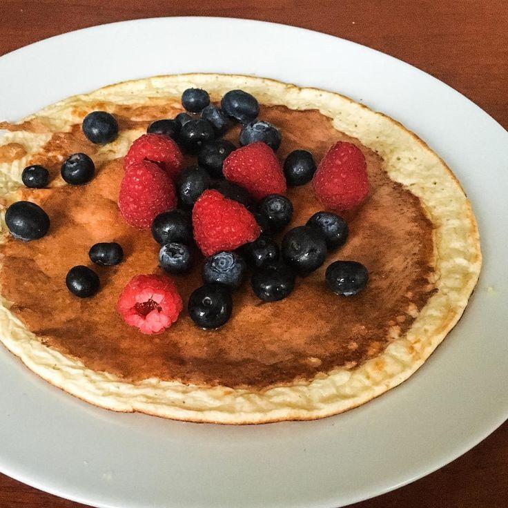 Best breakfast everrr: Blueberry Pancake! 💕💕💕 Ingrediënten (1 persoon): - 2 eetlepels hüttenkäse - 3 eetlepels havermout - 2 eieren - 2 theelepels kokosvet (om in te bakken) Bereiding: - Mix ingrediënten met een staafmixer/blender. - Bak de pannenkoek met een beetje kokosvet aan beide kanten goud-bruin. - Beleg met blauwe bessen en een beetje honing, maplesiroop of appelstroop. #gingym #gingerguttmann #breakfast #blueberry #pancake #hüttenkäse #oatmeal #healthy #organic #favorite…
