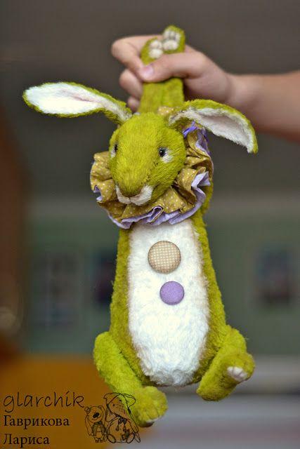 Интерьерные игрушки ручной работы: зеленый заяц (или кролик)