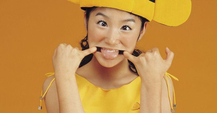 Faça você mesmo: fantasia de abelha para adultos. É possível fazer uma fantasia de abelha para adultos com materiais de qualquer loja de artesanato. Embora seja melhor fazer as fantasias das crianças a partir de camisas de mangas longas e calças compridas, é possível fazer trajes de abelhas de adultos tanto com minissaias ou shorts curtos quanto com calças longas. A parte de cima do traje pode ...