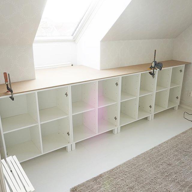 Här hemma platsbyggs det skåp i sovrummet. Vi har snedtak på ovanvåningen vilket gör det extremt svårmöblerat!! Så nu har vi köpt skåp från @jysksverige och bygger in dem Jag tror det kommer bli väldigt bra i slutändan Vi har köpt MDF-skivor som vi ska bygga in med. Vi ska alltså klä toppen av skåpen, sidorna samt längs med golvet så benen försvinner. Skivorna ska målas vita. Ni ska få efter-bild när allt är klart