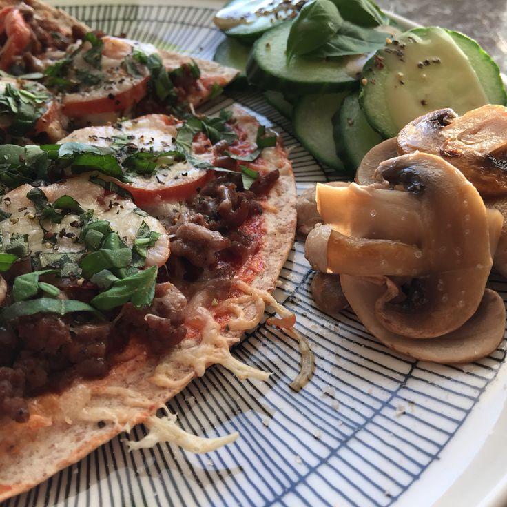 Tortilla pizzaa, herkkusieniä sormisuolalla ja kurkkua sinappikastikkeella.