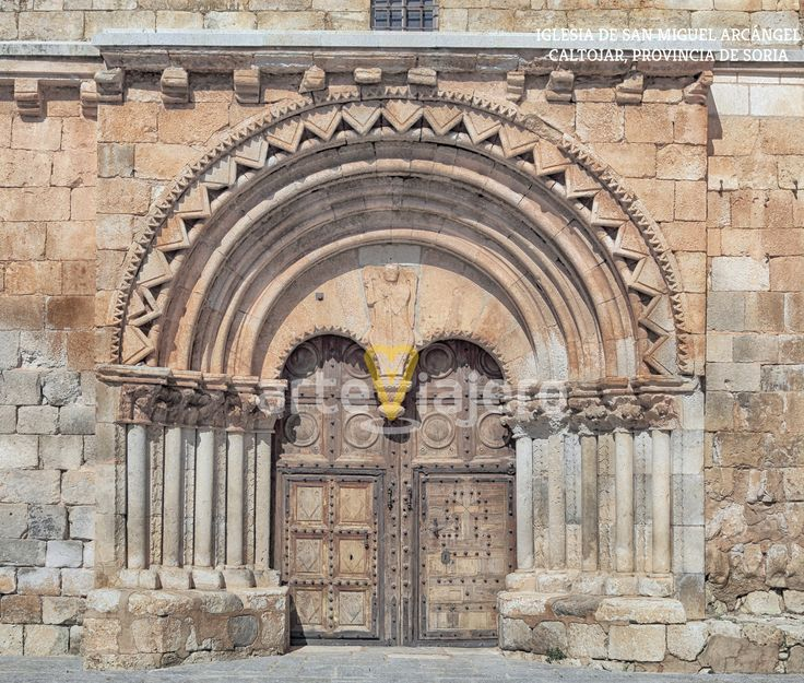 Caltojar, Soria. Portada de estilo románico de la iglesia de San Miguel Arcángel