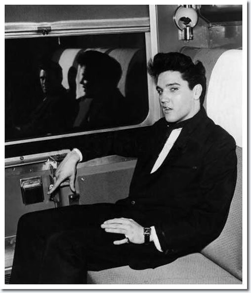 Elvis Presley (And Charlie Hodge reflected) : On the train to California - On April 20, 1960 Elvis went by train to LA. With him were reporters and his friend Charlie Hodge. Elvis was going to start his first movie after the army at paramount pictures.