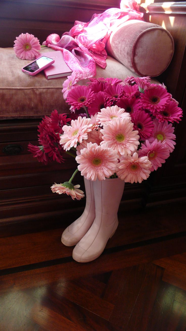 La Vie en Rose • Gerbera dans les Bottes et Fleurs sur le banc