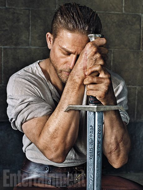 Charlie Hunnam como Rei Arthur e sua Excalibur no set do novo filme do Guy Ritchie