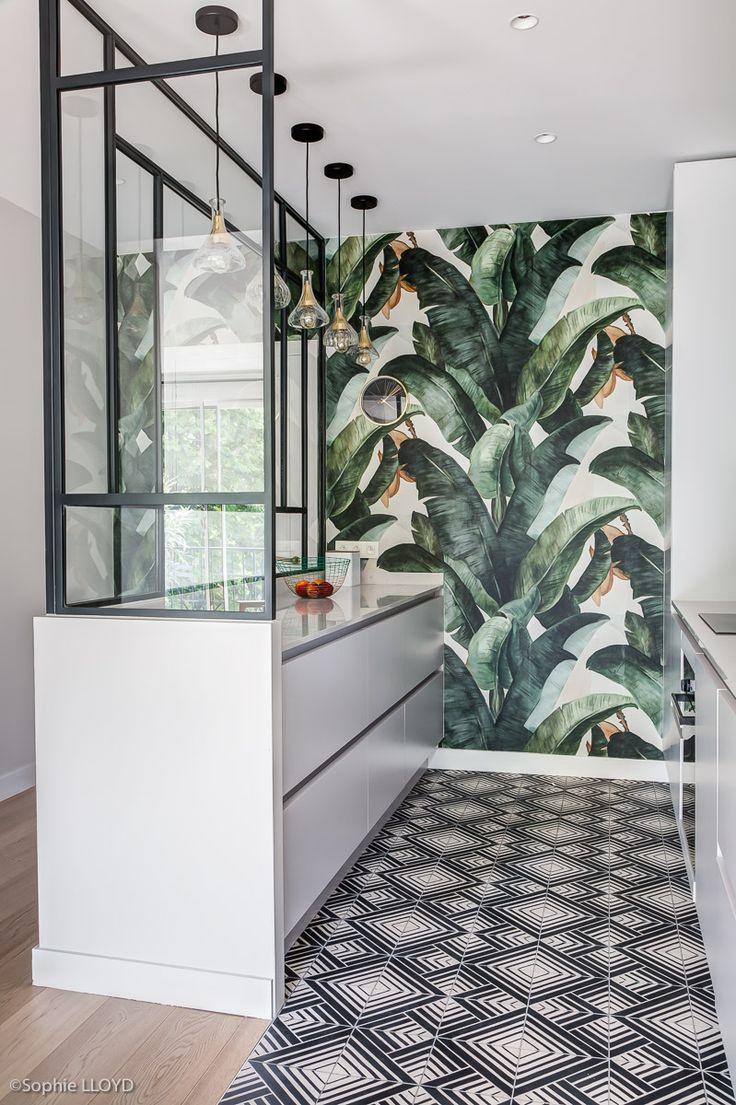 Cuisine de caractère aux motifs géométriques et jungle pour cet appartement …
